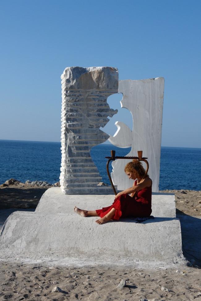 古希腊里拉琴是怎样一种乐器? 作为西方音乐的始祖,古希腊里拉琴是一种独特的乐器,在希腊文明鼎盛的古典时代享有至高的荣耀。所有的西方音乐教育都是在古希腊里拉琴基础上发展出来的,它已经成为了西方音乐的代表性符号,在中国的音乐专业院校教材中,第一页便是介绍古希腊里拉琴。从公元前5世纪的希腊陶器上,我们可以看到里拉琴被演奏于很多场合,比如神圣的仪式、学校活动、体育运动等等。 希腊神话中记载,赫尔墨斯用龟壳、羊肠和牛角发明出了里拉琴,并且作为礼物送给了他的哥哥艺术、光明和音乐之神阿波罗,来平息他们之间发生的冲突