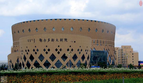 建筑风格主要是突出蒙,藏,汉三族文化特点,并以闻,思,修,行为线索,以图片