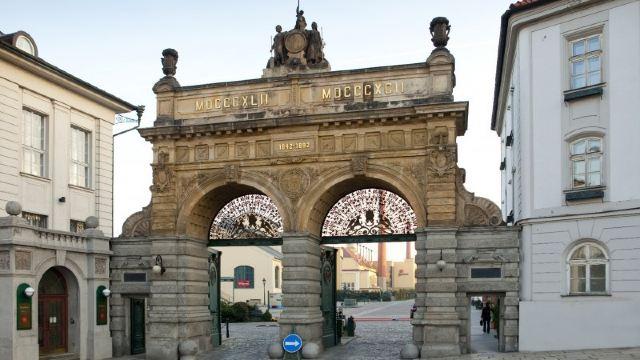 2分 (11条点评) 12 皮尔森啤酒厂是捷克共和国最大的酿酒厂,1842年