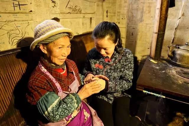茶妹无删减版_这是视频中的小茶妹与她外婆,据小茶妹说她是外婆亲手带大的.