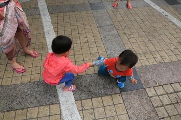 一一小朋友故意摔倒,任爸爸妈妈怎么呼唤都不起来,必须让鑫鑫姐姐拉他