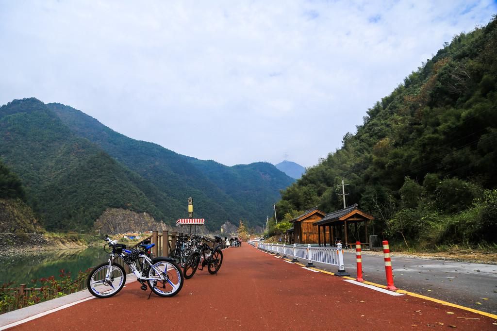 鹤溪廊桥,位于浙江省丽水市景宁县鹤溪镇城北部,东临鹤溪北路,西接栋