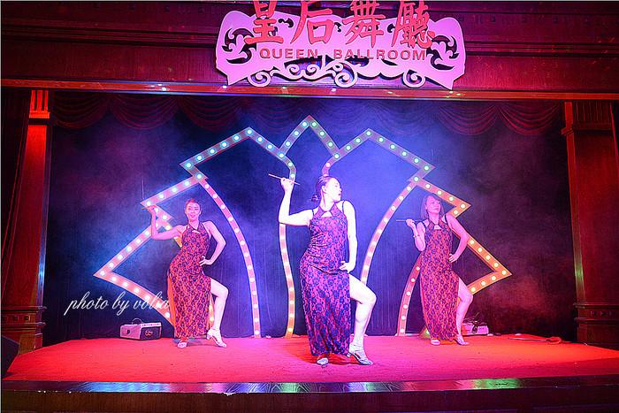 重庆舞厅_影视城复原了当时重庆最有名的小什字的皇后舞厅,并保留了民国时期最