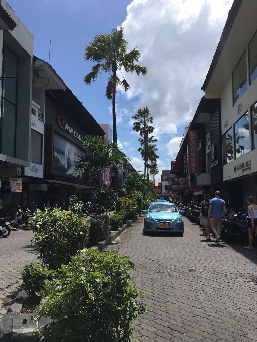 之所以一直添加了照片,迟迟没有动手机写,大概是因为一写就停不下来吧 从昨天到现在一直都在下雨,可能明天也会下雨 下雨天我就很懒,什么都不想干,就想静静地呆着 出行:我是从吉隆坡飞的巴厘岛,机票差不多600RMB吧可能因为是亚航,所以机票比较贵,听驴友说他们有的买马航的航空,600可以往返了。吉隆坡飞巴厘岛就是很便宜 签证:现在巴厘岛对持有中华人民共和国护照的居民已经免签了,下了飞机之后,填了个入境卡就可以了 住宿:巴厘岛的机场很小,一出来没多远就全是住宿。机场里所有的ATM都没有unionp