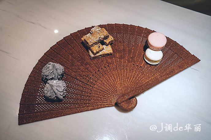 摆放着核桃形状的巧克力和马卡龙等西式甜点.图片