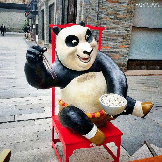 成都 喝茶遛街唠嗑吃着串串逗熊猫图片