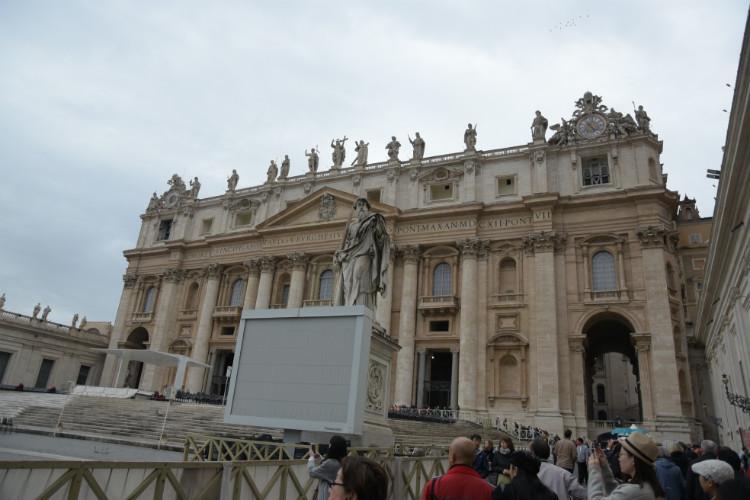 圣彼得大教堂(Basilica di San Pietro in Vaticano),其标准名为圣伯多禄大教堂。圣彼得为英语的俗译。由米开朗基罗设计,是基督教大公教会(天主教会)的教堂,大公教会教徒的朝圣地与梵蒂冈罗马教宗的教廷,是世界五大教堂之首。教堂最初是由君士坦丁大帝于公元326-333年在圣伯多禄墓地上修建的,称老圣伯多禄大教堂,于西元326年落成。呈罗马式建筑和巴洛克式建筑风格,属世界最大的教堂。多米开朗基罗、拉斐尔等的壁画、雕塑艺术。两千年前的简单墓地,四百年后修建了一座长方形会堂,后来毁于