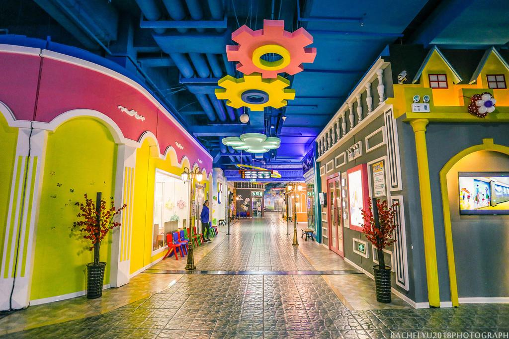 """在""""东东-智趣小镇""""里,设置了近40个儿童职业体验场馆,为孩子提供涵盖"""