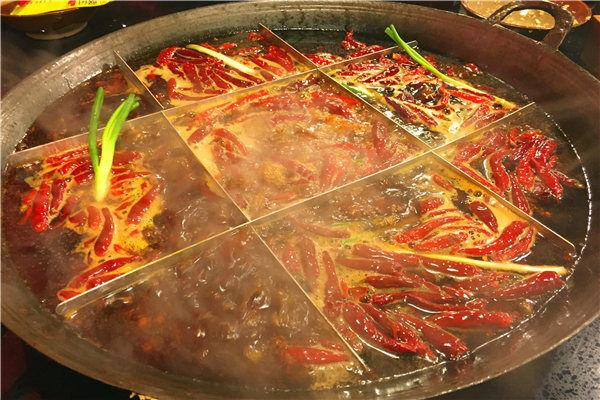 2018重庆老火锅排名前十强:大龙火锅 大龙主要亮点还是在菜品上面,摆