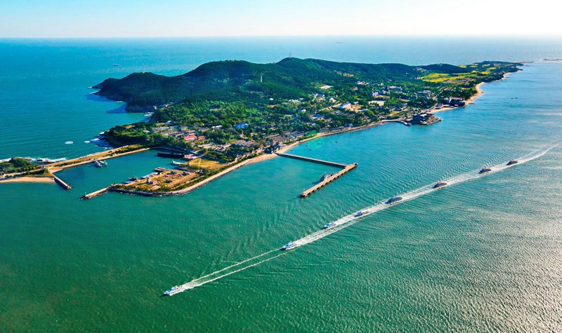 刘公岛风景区位于市区之东的威海湾中.刘公岛有3.