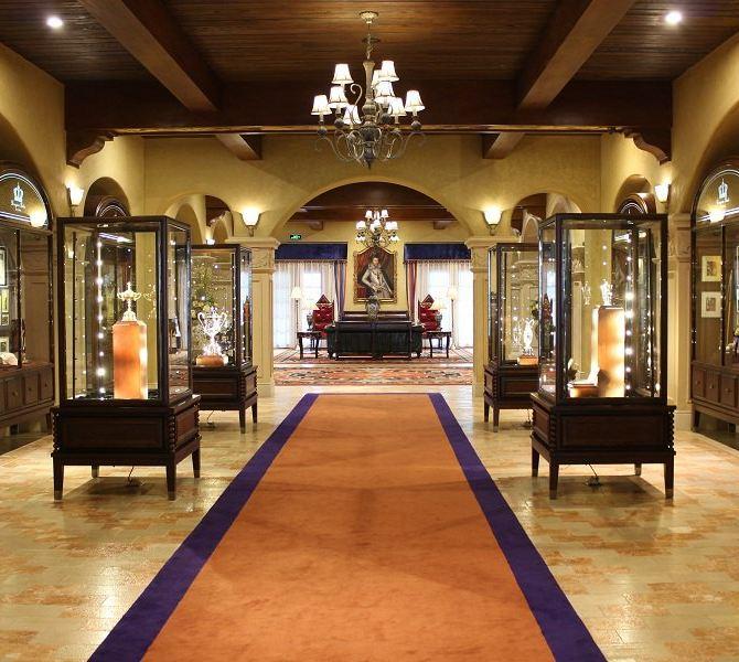 酒店大堂休息区摆放的欧式古典真皮实木沙发,桌椅,对面的两张古典实木