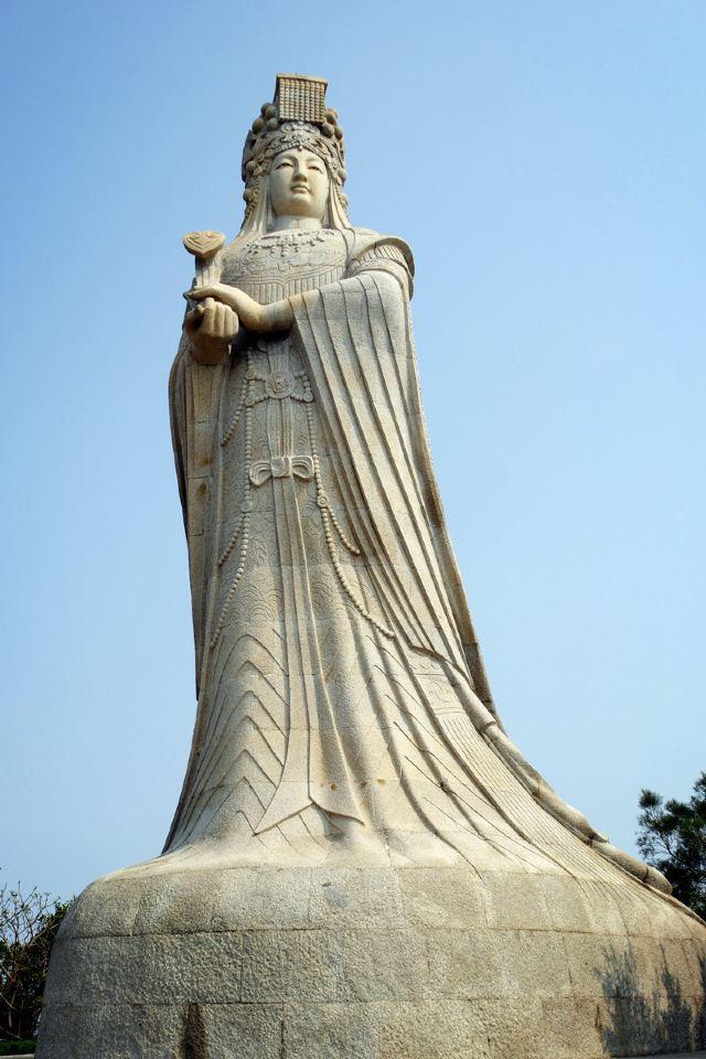 园内主要有妈祖故事群雕,妈祖祖庙新殿建筑群,妈祖圣像.