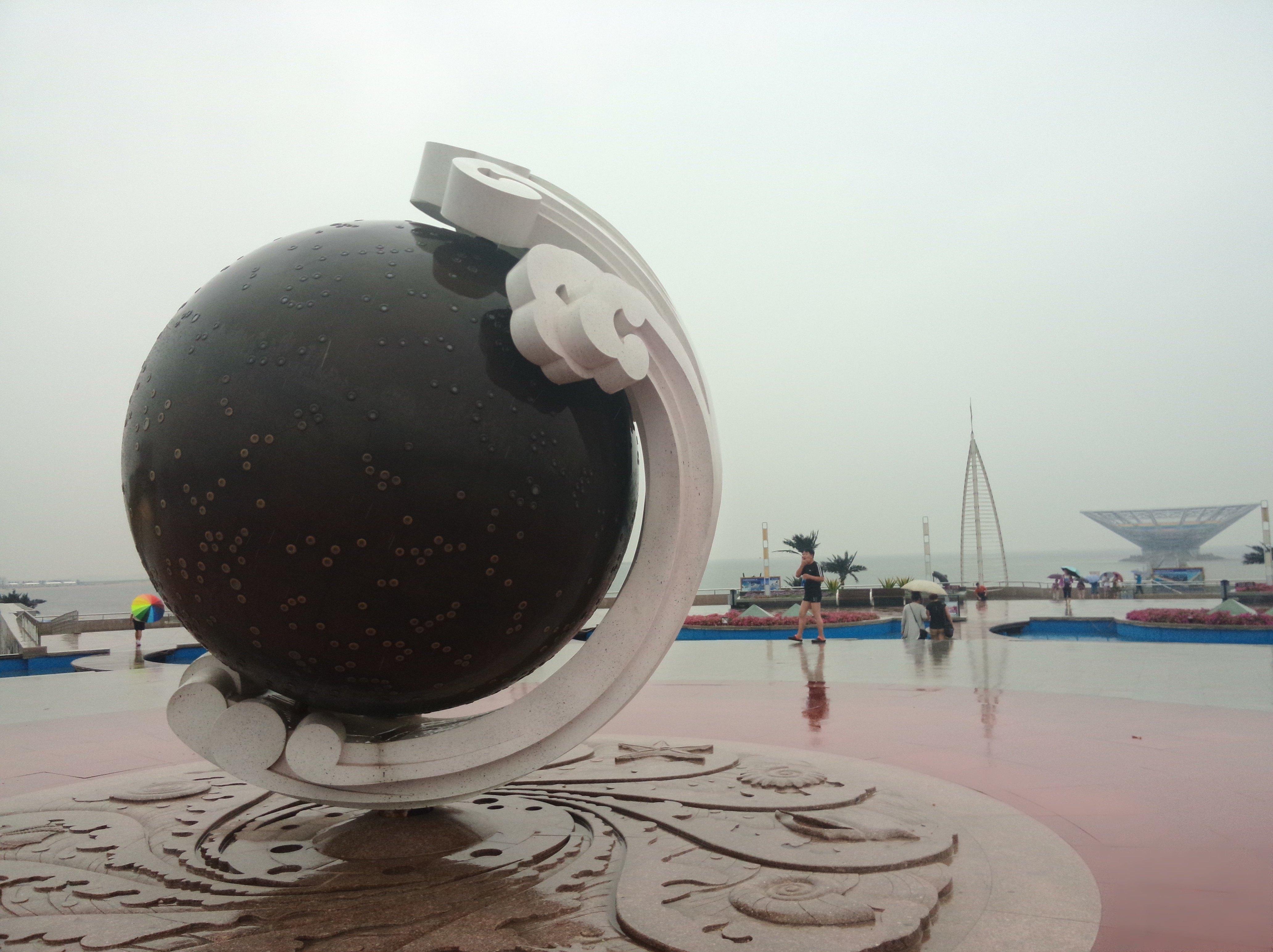 冰峪沟 鲅鱼公主雕塑位于山海广场以西1500米的海面上,雕塑高60米,通