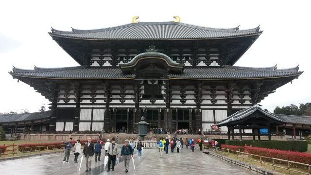 是日本人仿照中国唐朝建筑风格的纯木结构寺庙,大殿里面还有一尊当今