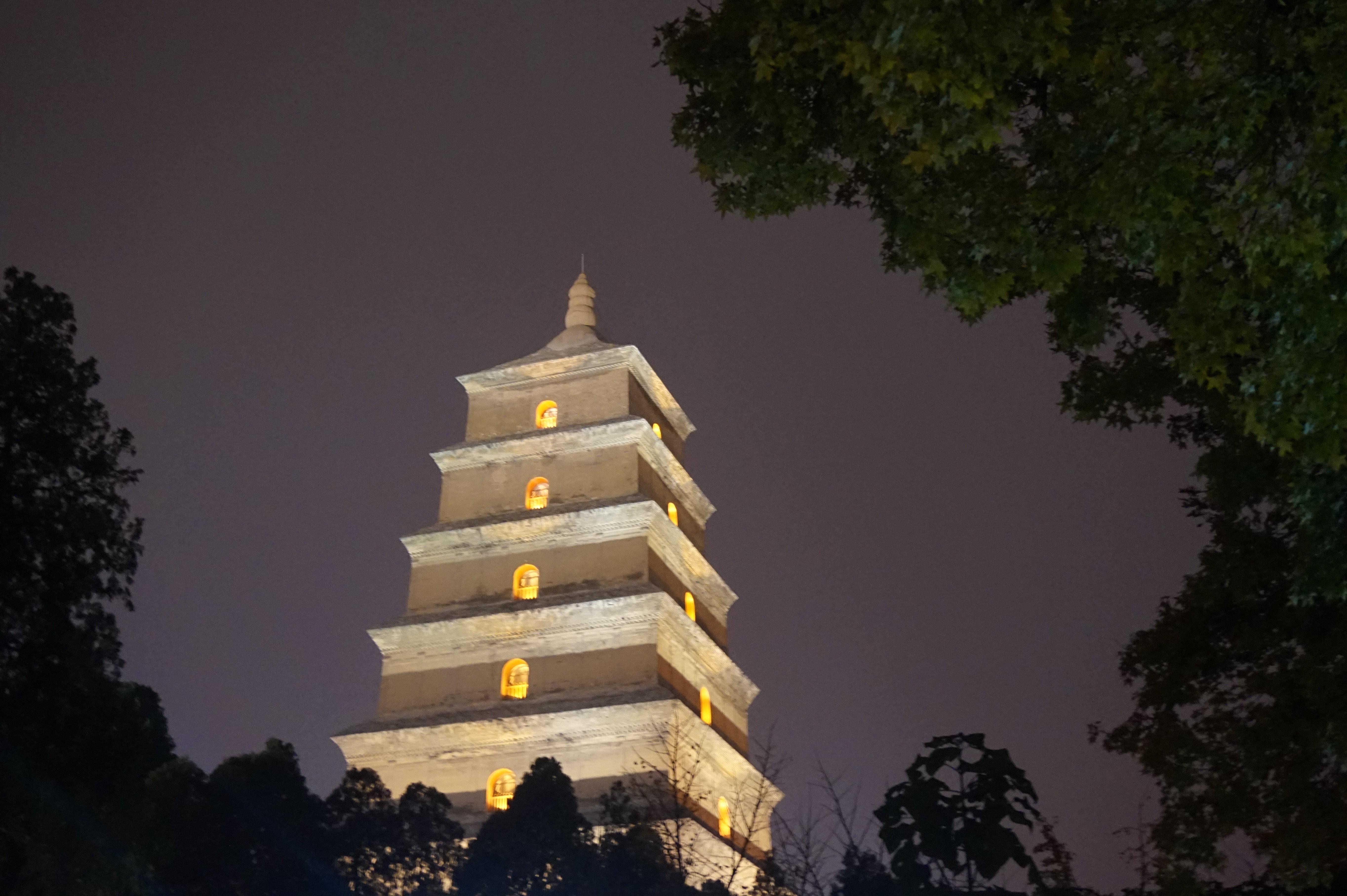 大雁塔南广场最有名的标志是玄奘的雕像