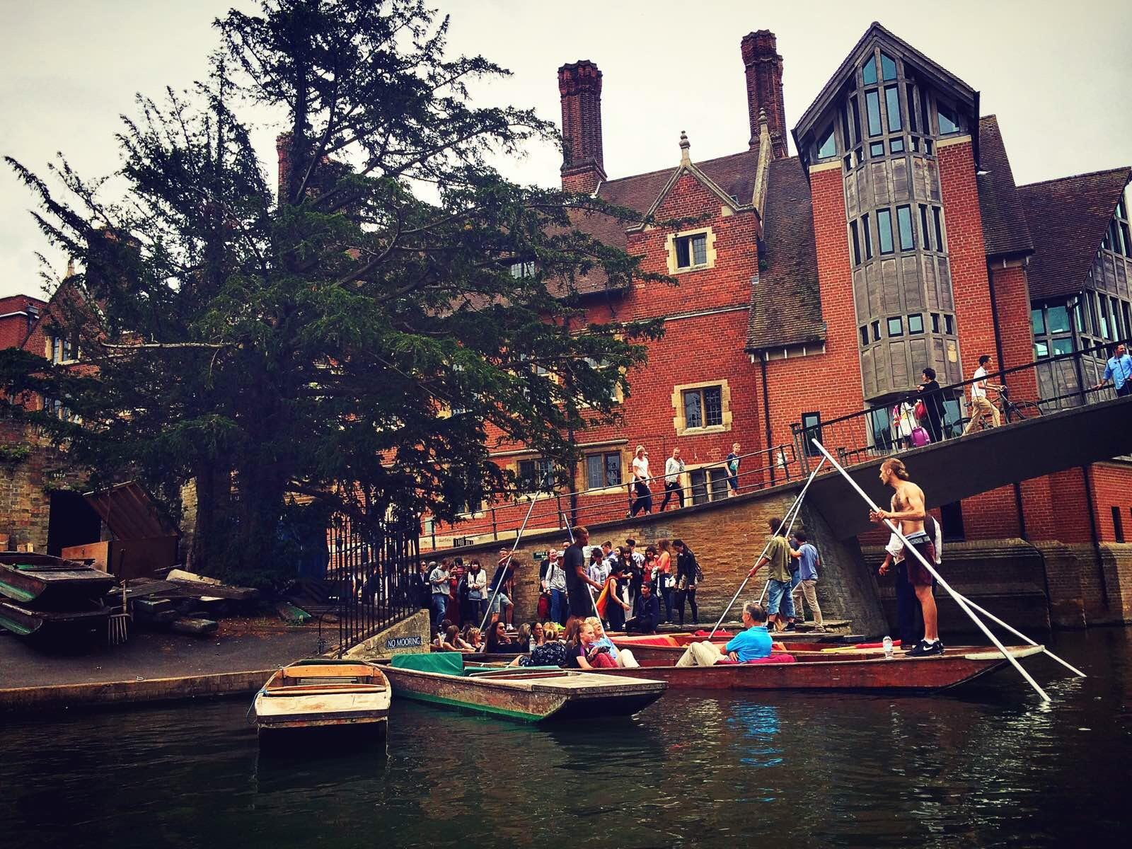 剑桥 剑桥游船是一定要体验的,徜徉在这幽幽河岸中,环顾两岸风景