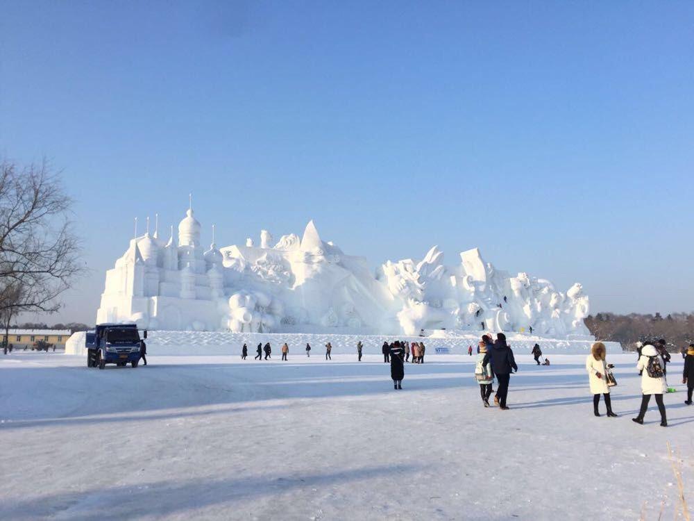 有山那么高,有城堡那么大,还有一处是冰雕区,白天的冰雕也很好看,晶