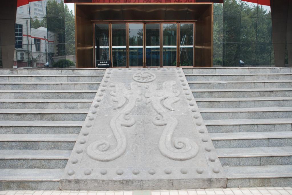 广场内建设有音乐喷泉,观礼台,雕塑等设施.