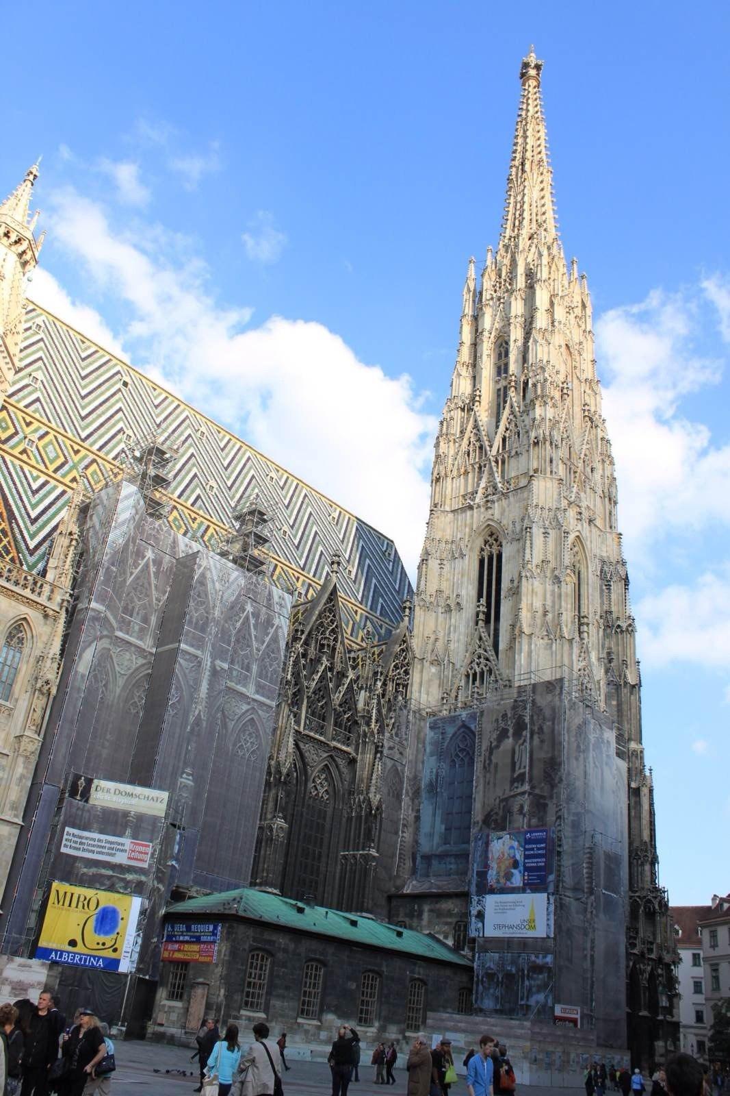 斯蒂芬大教堂(stephansdom)以137米高的哥特式尖塔和马赛克花样的