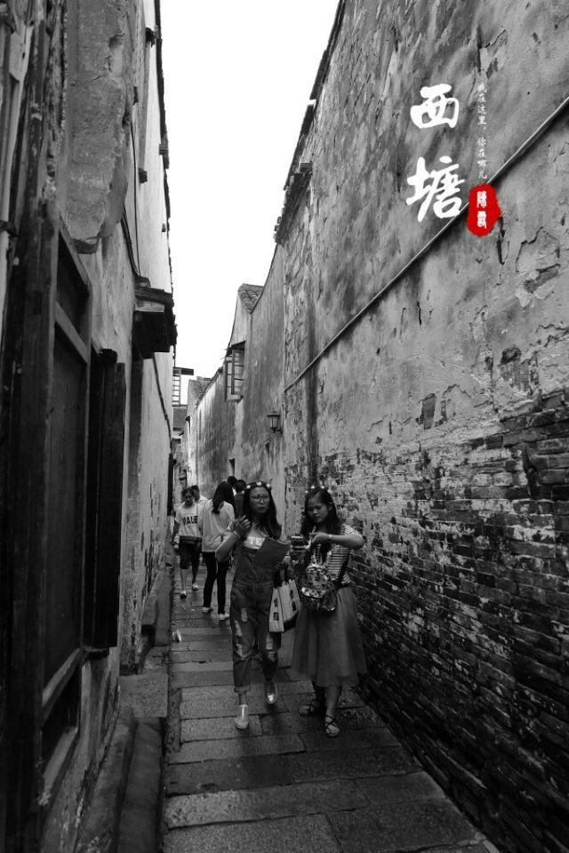 江南水乡/撑着油纸伞,独自彷徨在悠长、悠长又寂寥的雨巷,我希望逢着一...