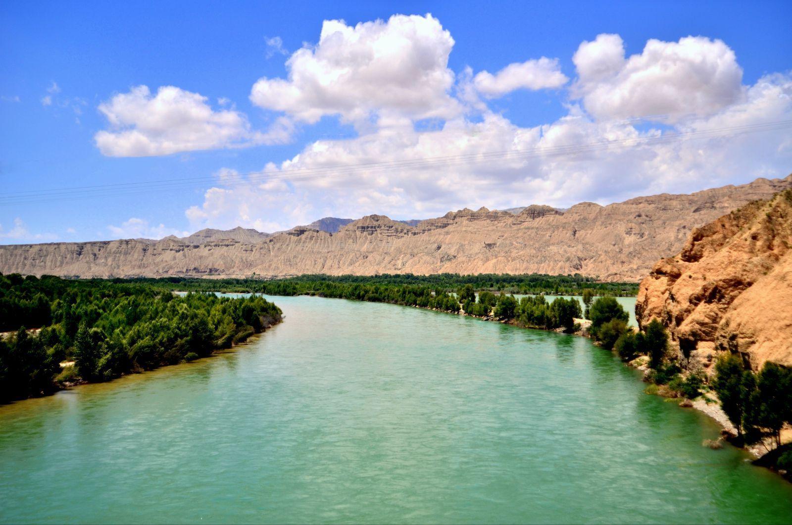 塔尔寺,位于青海省西宁市西南25公里处的湟中县城鲁沙尔镇,得名于