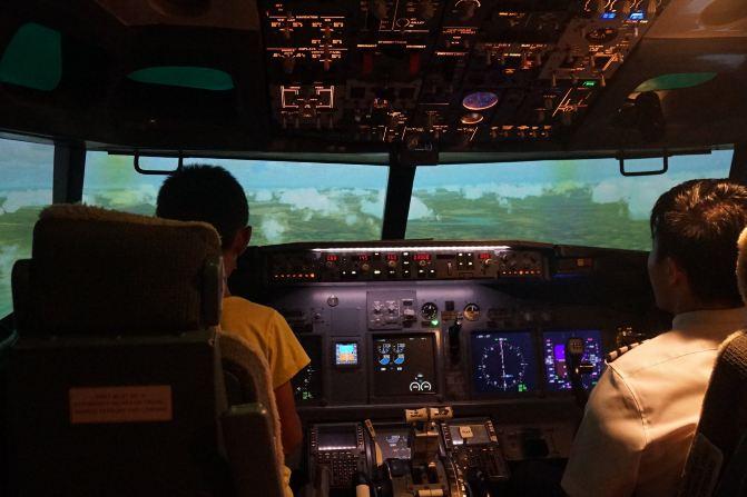 飞行员完全根据飞机上的各种仪表指示操纵飞机的飞行