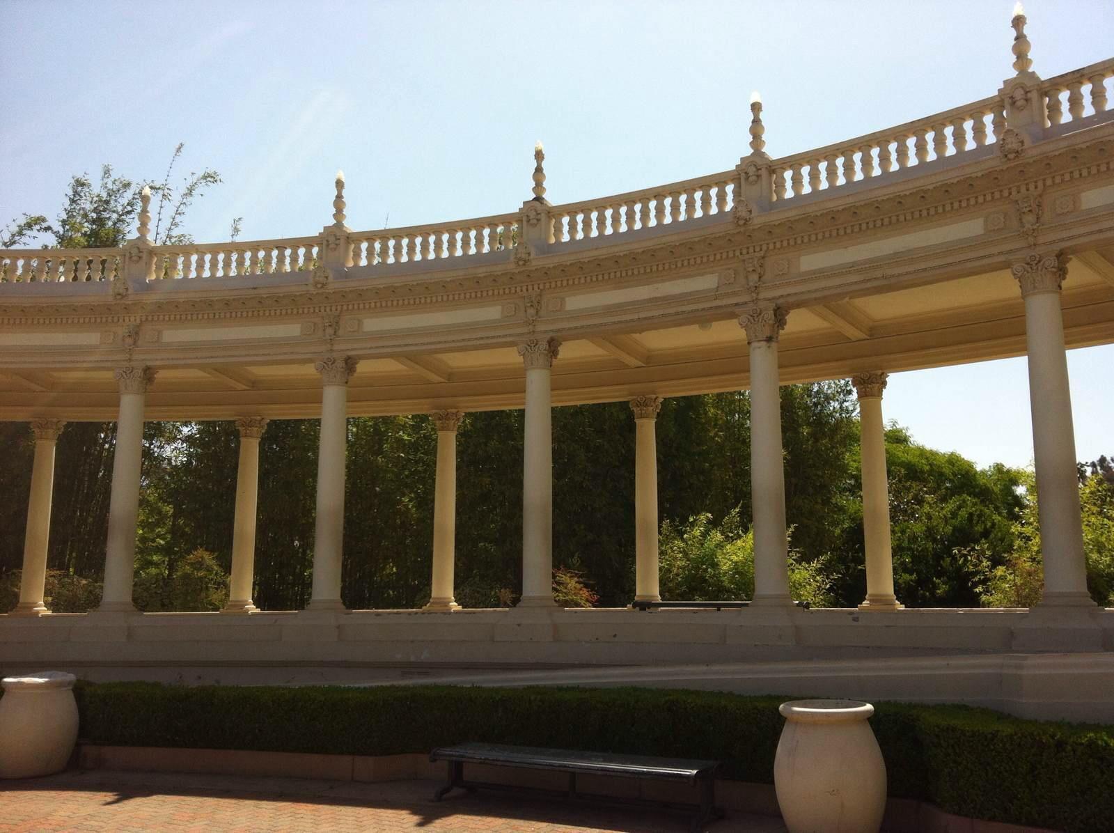我们非常喜欢一栋栋建筑外墙精美立体的雕刻,拱形长廊,马赛克的圆顶图片