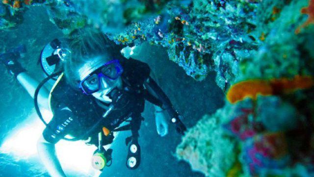 没办法秀照片,感谢外国教练,幽默而且负责任,耐心,分别的时候悄悄塞给他了400泰铢。教练在海底捡到了一个潜水镜,后来经过他在船上修过之后,转手就送给了我们,好贴心啊,因为我们潜水的时候一直都在喊潜水镜不好用要起雾~。爱上了潜水啦~!以后有机会会去考一个证。感谢教练给我们拍了很多的照片,而且耐心的教学,40多岁独身一人,希望他能早日找到自己的另一半幸福美好的过下去。好人一生平安~