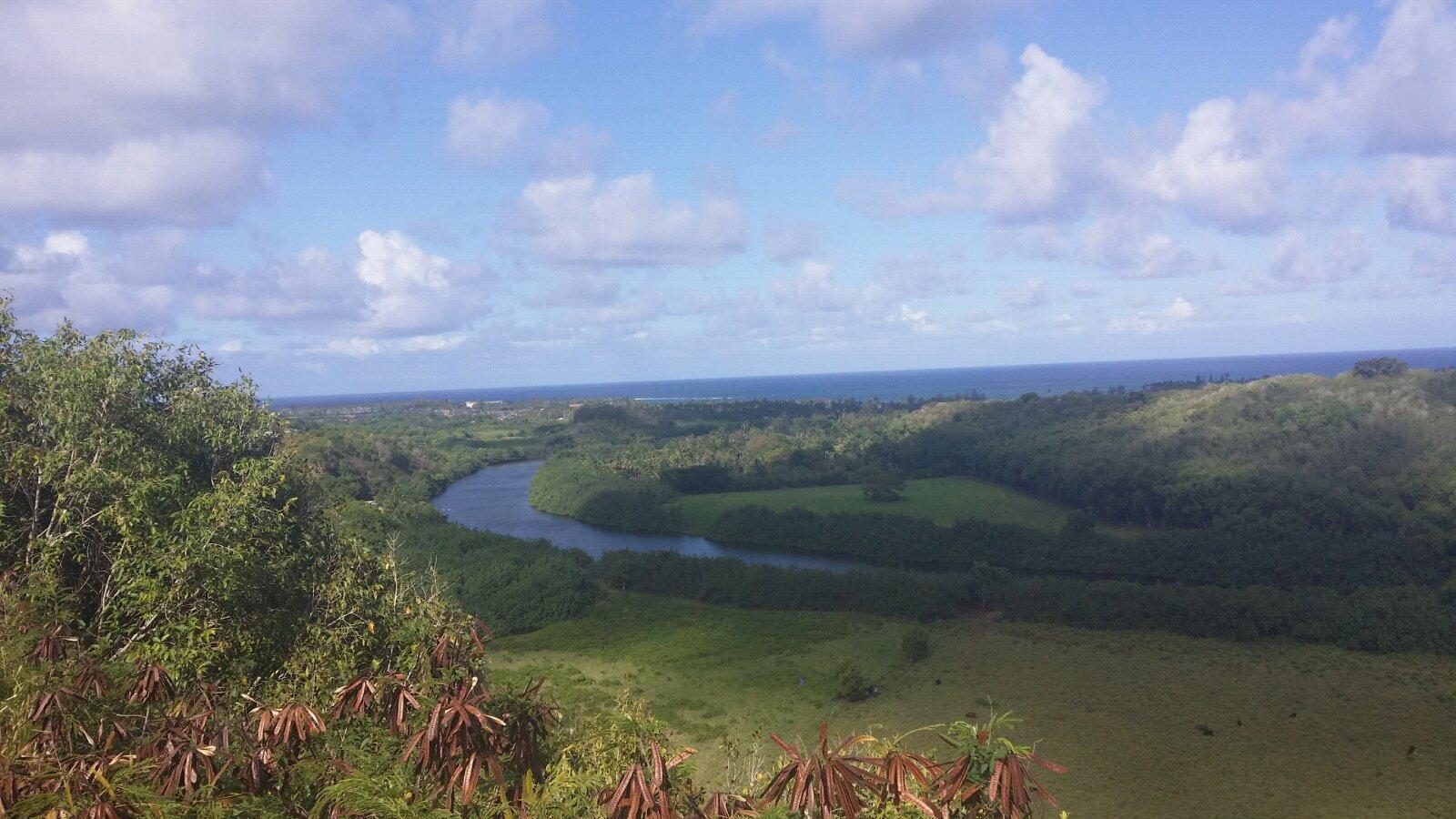 蓝色的天,白色的云,弯弯曲曲的河流,绿的发亮的草坪,远处是波澜壮阔的