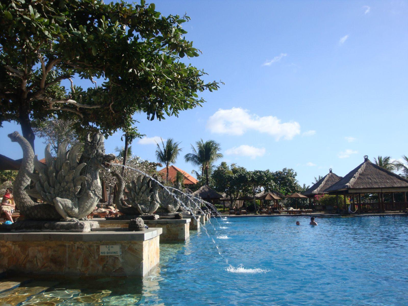 泳池旁喷水的雕像,巴厘岛随便一个雕像都像是艺术品