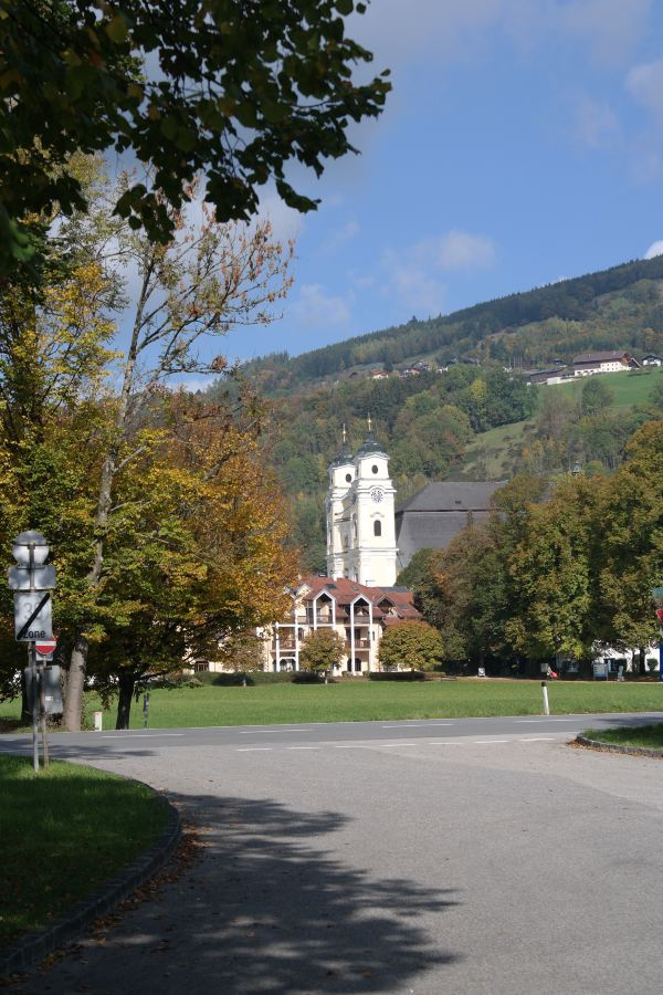 阳光下的教堂美极了,黄色的外立面配上钟楼上古色古香的时钟加上白色
