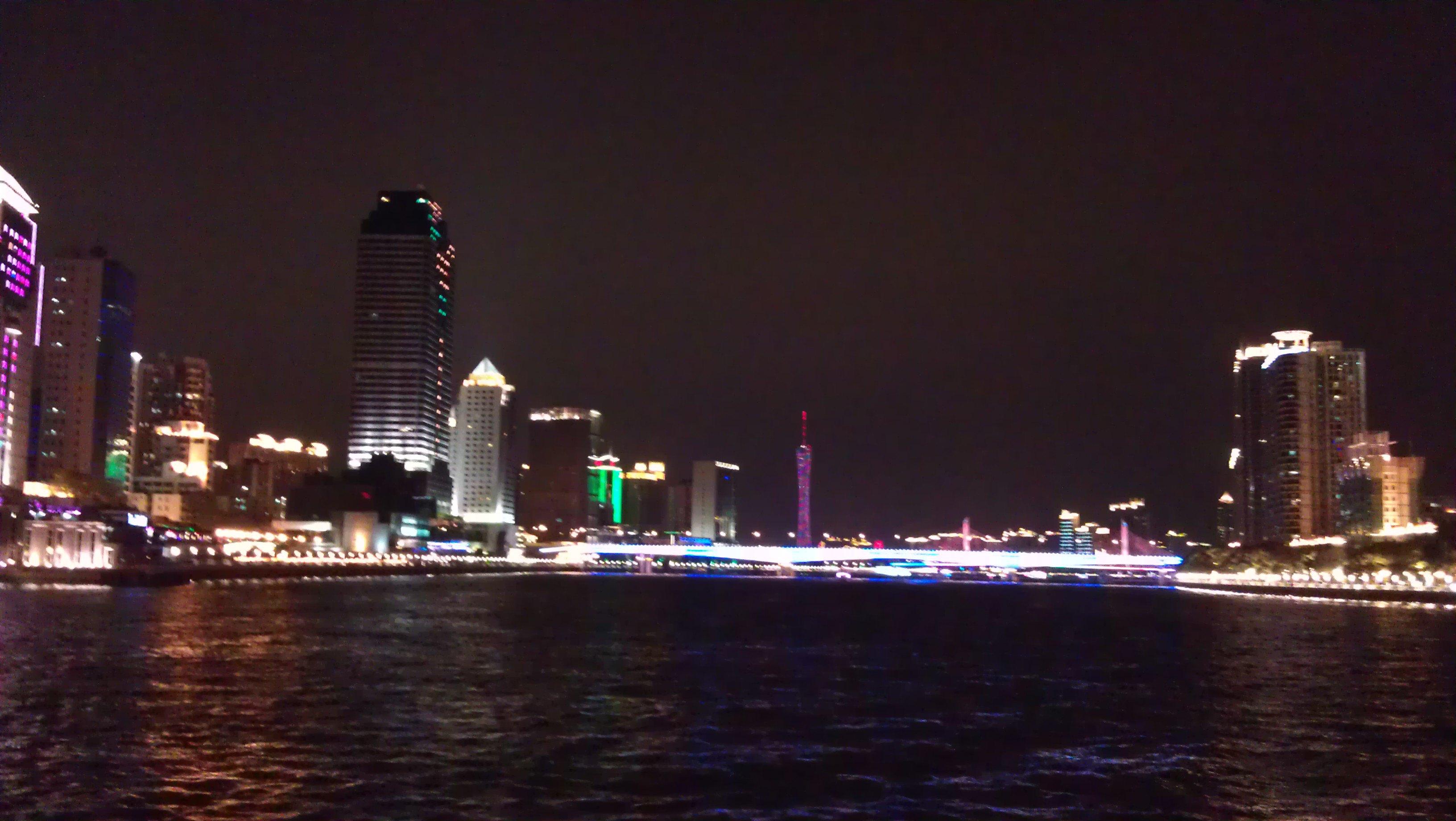 """广州新电视塔,昵称""""小蛮腰"""",位于广州市海珠区赤岗塔附近"""
