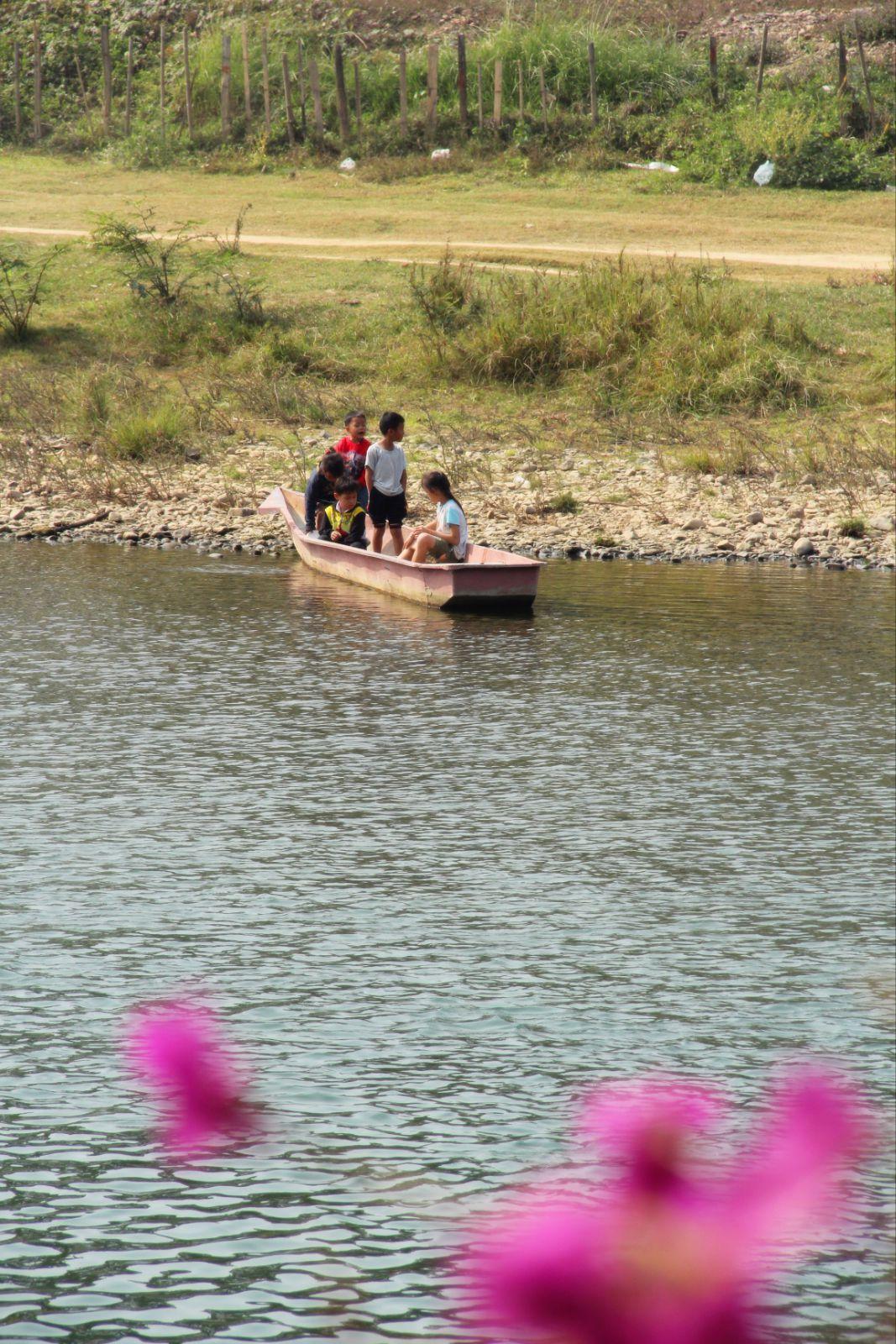 河边玩耍的小孩