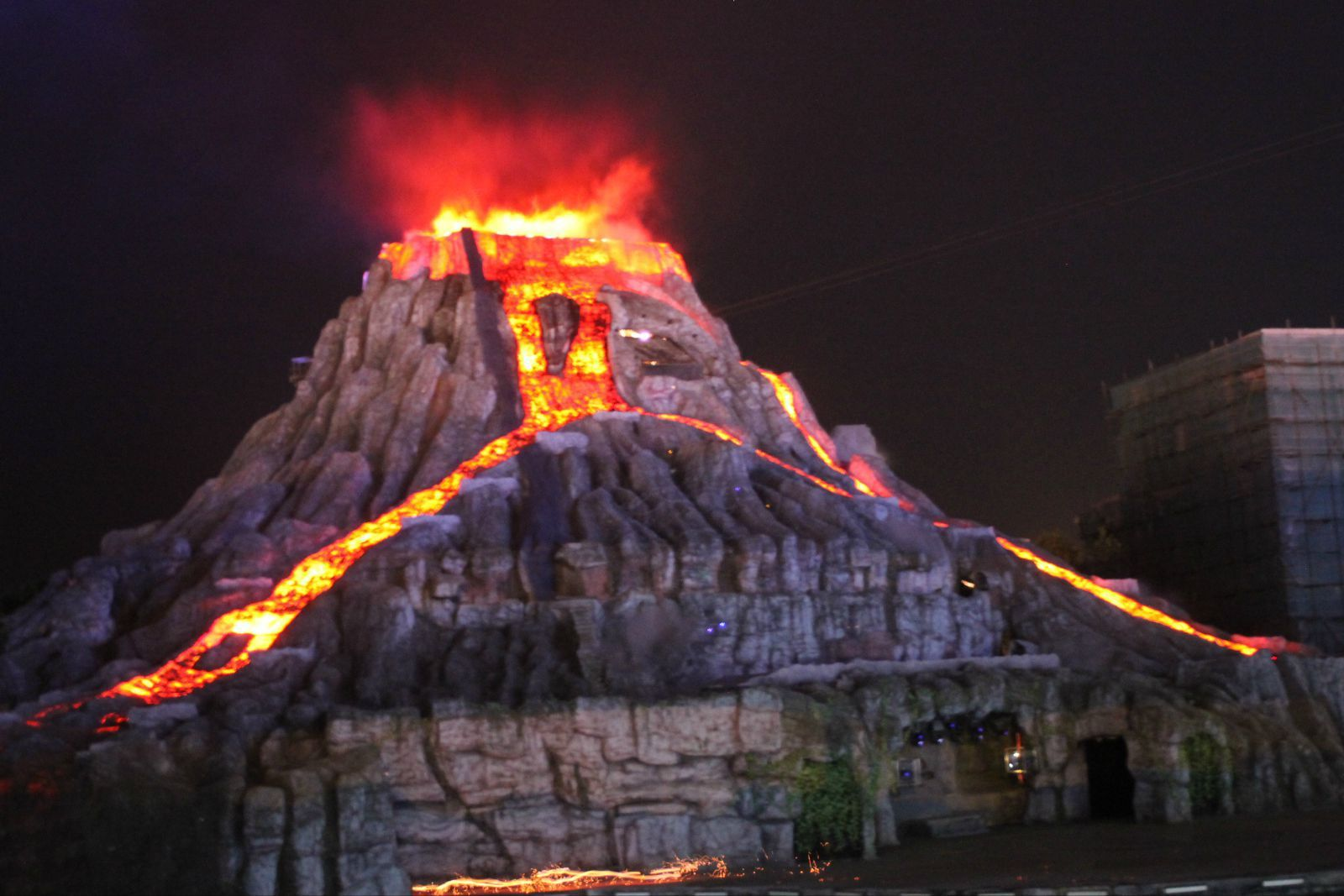 火山爆发.是真的火,坐在看台都觉得一股热浪袭来.