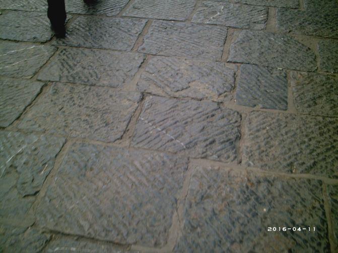 地面花纹很精致,石板花纹因为年代久远,走过的人太多都磨得光滑了.