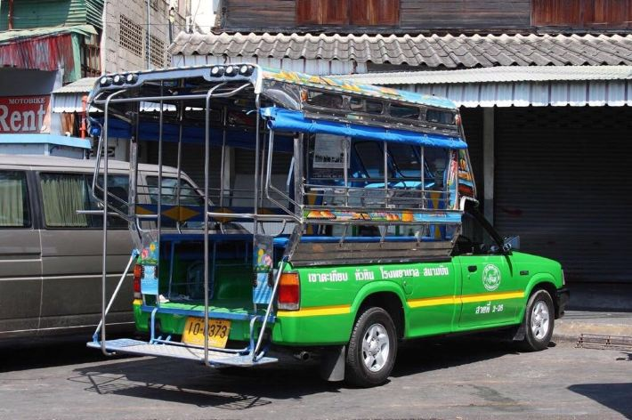 曼谷到华欣交通及华欣市内交通 1从曼谷胜利纪念碑那里做minivan每人180泰铢,两件行李也算180泰铢!到华欣的55大街下车,也可以提前跟司机商量好如果能路过订好的宾馆顺道停车! 2再说华欣市区交通,有绿色的双条公共汽车市区不分几站都10泰铢!taxi上车就100泰铢! 3从华欣回曼谷市区,还可以到55大街那里坐minivan,如果直接回曼谷机场,需要到96大街华欣汽车站坐大巴直达机场300多泰铢一个人,包括20公斤免费行李额!