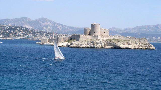 据说伊夫城堡防守极为严密,犯人要从这里逃出去,简直是不可能的.