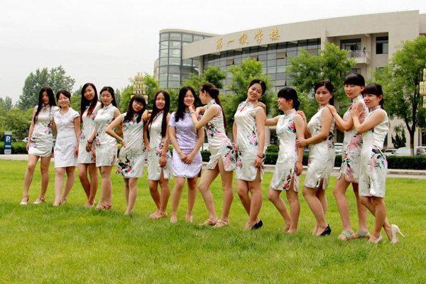 女生旗袍拍毕业照,摆出舞蹈动作秀一字马
