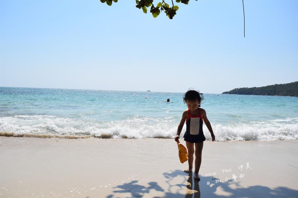 对于带小朋友出行 这真是太方便了 时间的长短刚刚好到不会让小朋友或者爸妈都抓狂 再来泰国的天气可以让出行随时随地 不用特别配合日期和行程 泰国还有美食 人文 和热情开朗的居民 不会有被排斥或者不友好的感觉 我们也做过长滩 巴厘岛的计划 但是最后 无一例外得都变成了泰国 所以2016的跨年行 我们也是没多想地定在了泰国 这次 我们地目的地是 Koh Samet/沙美岛 沙美岛离曼谷仅两个小时的车程 又是号称拥有全泰国最长的日照 最美的白沙滩 且还不是最热门的旅行岛屿(比起苏梅 普吉 沙美还是低调了些) 这几