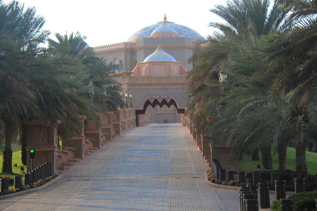 阿联酋游第3天下午,参观完谢赫扎伊德清真寺,乘车返回阿布扎比市内,游览阿布扎比市容。 阿布扎比是阿拉伯联合酋长国的首都,位于海湾南岸,是典型的沙漠气候,年降雨量极少,夏季的气温可高达50度。绝大部分地区寸草不长,淡水奇缺,水比石油还珍贵。 然而我们看到的阿布扎比是房前宅后,海边滩涂,青草茵茵,绿树成行,鲜花盛开。仿佛不是来到一个沙漠的国度,而是置身于一个环境优美、风景如画和交通发达的大都市。 据介绍:这里的每一颗树苗都是进口空运来的,每一颗树都连接有PC水管,维持一颗树的生命每年要花费3000美金;阿布扎