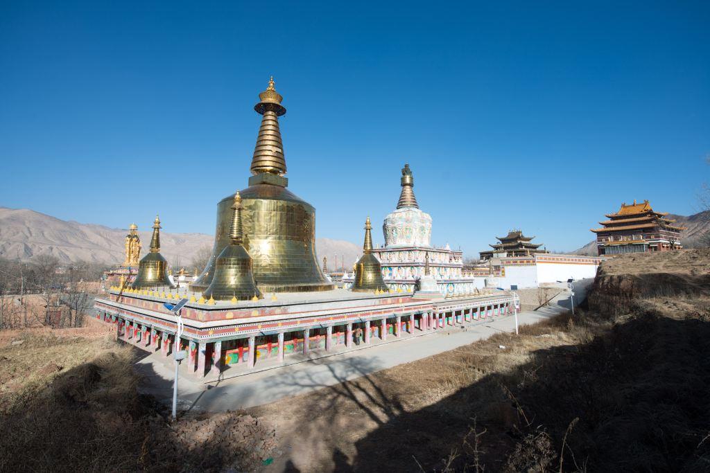 据《安多政教史》记载,早在元大德五年(1301年),这里已建有藏传佛教萨迦派小寺,至1426年前后,当地名僧三木旦仁钦与其胞弟罗哲森格,维修并扩建了该寺。三木旦仁钦的祖父阿隆务寺米拉杰出生于前藏念唐拉山下的丹科绒吾,是一位专修明咒的瑜伽师,并擅长医术。他受大元帝师八思巴的差遣,来到隆务,其子隆钦多代本为隆务土官,生有9子,长子即为三木旦仁钦。他自幼出家,曾拜夏琼寺(今青海化隆县境内)创建者顿珠仁钦为师,并受比丘戒。顿珠仁钦也是格鲁派创始人宗喀巴的启蒙老师。其后,三木旦仁钦以当地萨吉达百户为施主,正式建成