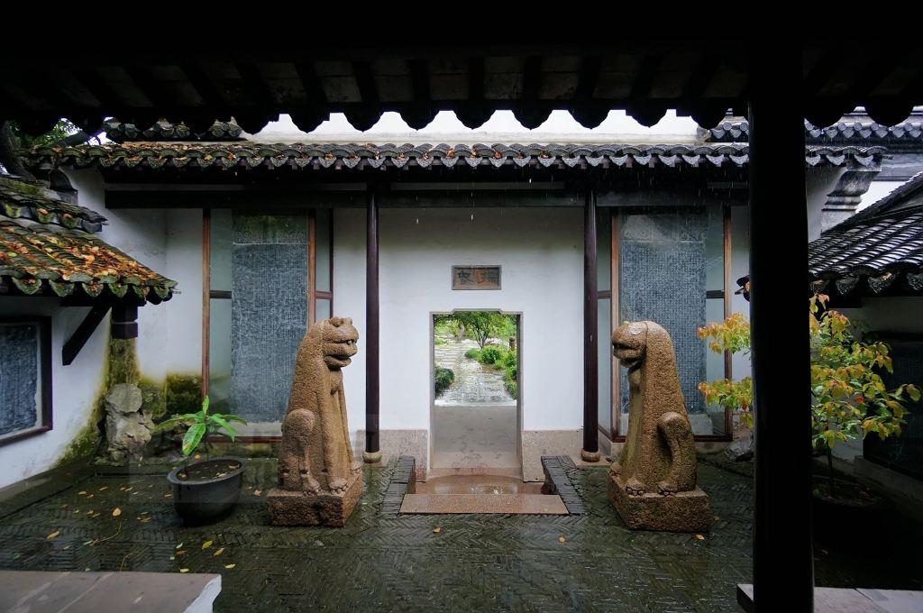 这里采用江南古典园林格局而建,雨中在屋檐下,回廊里穿梭,别有一番