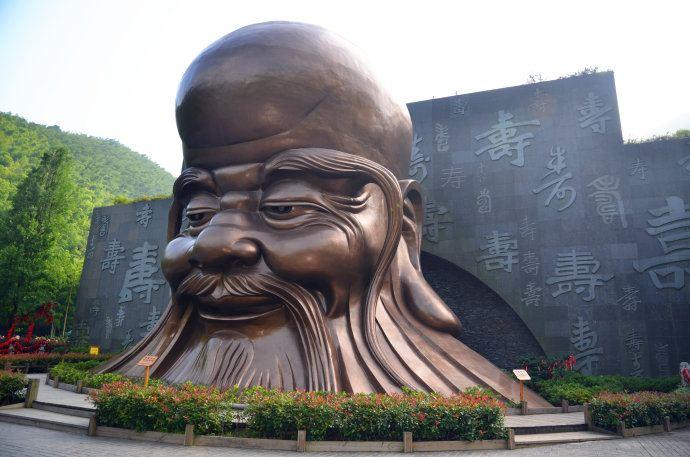 """8米的寿仙老翁头像,是""""南山竹海""""景区的标志性景观."""