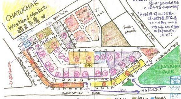曼谷的周末市场(Chatuchak Weekend Market)很有名,而我也成功地慕名而去了。去完之后的感想就是:这里真的太大了!!网上盛传的市场面积有两个版本,一个说有8到10个足球场那么大,还有一批人说它有90个足球场那么大!O_O 我和我的小伙伴们都惊呆了呢!下面这张就是官方地图。这漫山遍野的店铺啊~  朋友说去泰国一定要买的就是泰国的工艺品和香薰精油类的东西,还有就是T恤衫!这里的T恤衫的印花设计很别致,而且20-30元一件的价格真的会让你买不停。因为有人说很多景点纪念品也都是从这里批发的,所