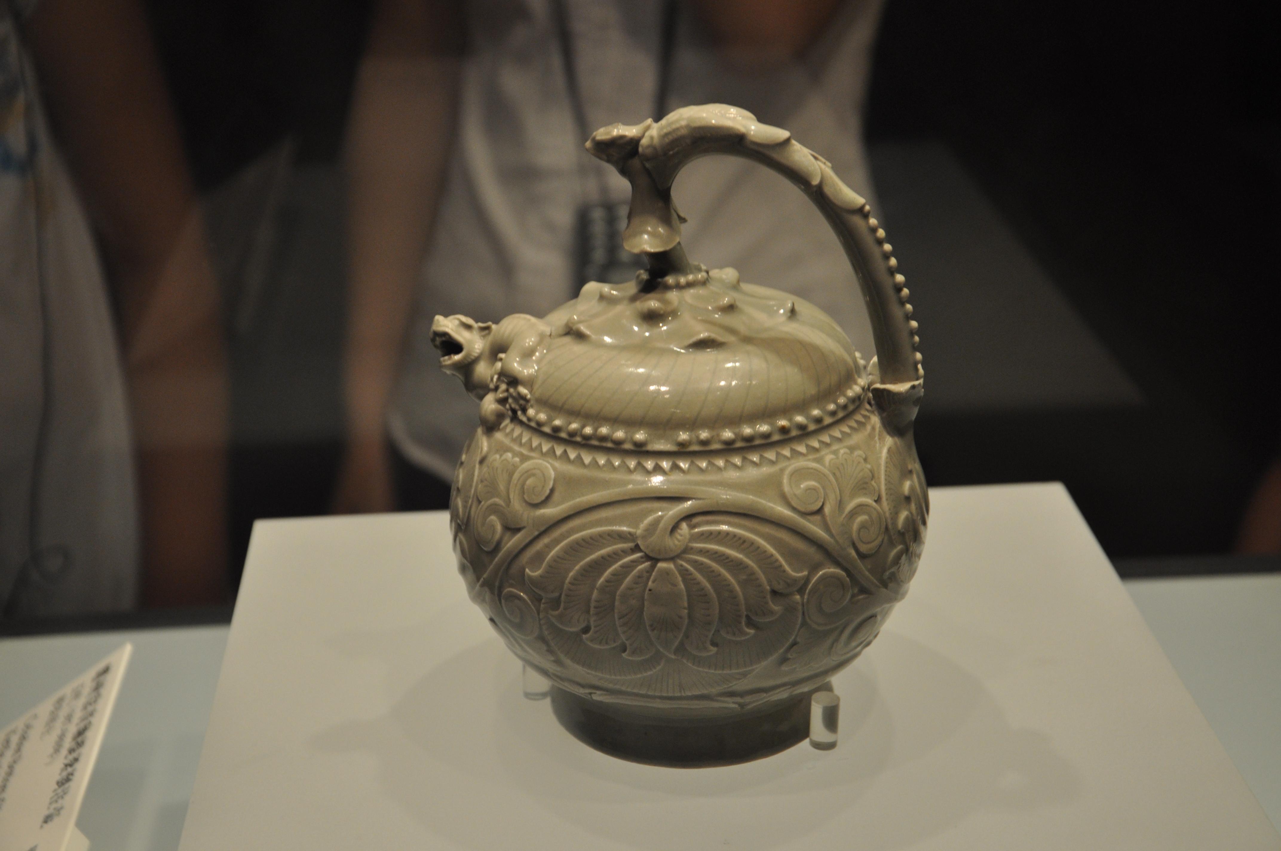 国宝---青瓷刻画提梁倒灌壶