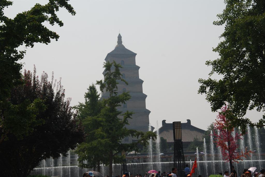大雁塔北广场北起雁塔路南端,南接大慈恩寺北外墙,东到广场东路,西到广场西路,东西宽218米,南北长364米,占地100余亩,建筑面积约11万平方米,总投资约5亿元。整个广场由水景喷泉、文化广场、园林景观、文化长廊和旅游商贸设施等组成。整个广场以大雁塔为中心轴三等分,中央为主景水道,左右两侧分置唐诗园林区、法相花坛区、禅修林树区等景观,广场南端设置水景落瀑、主题水景、观景平台等景观。 于大雁塔顶俯瞰亚洲最大的喷泉广场也同样别有一番风味。大雁塔北广场创造的新纪录:亚洲最大的喷泉广场和最大