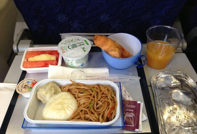 香港航空飞机餐,炒面包子加小烧麦