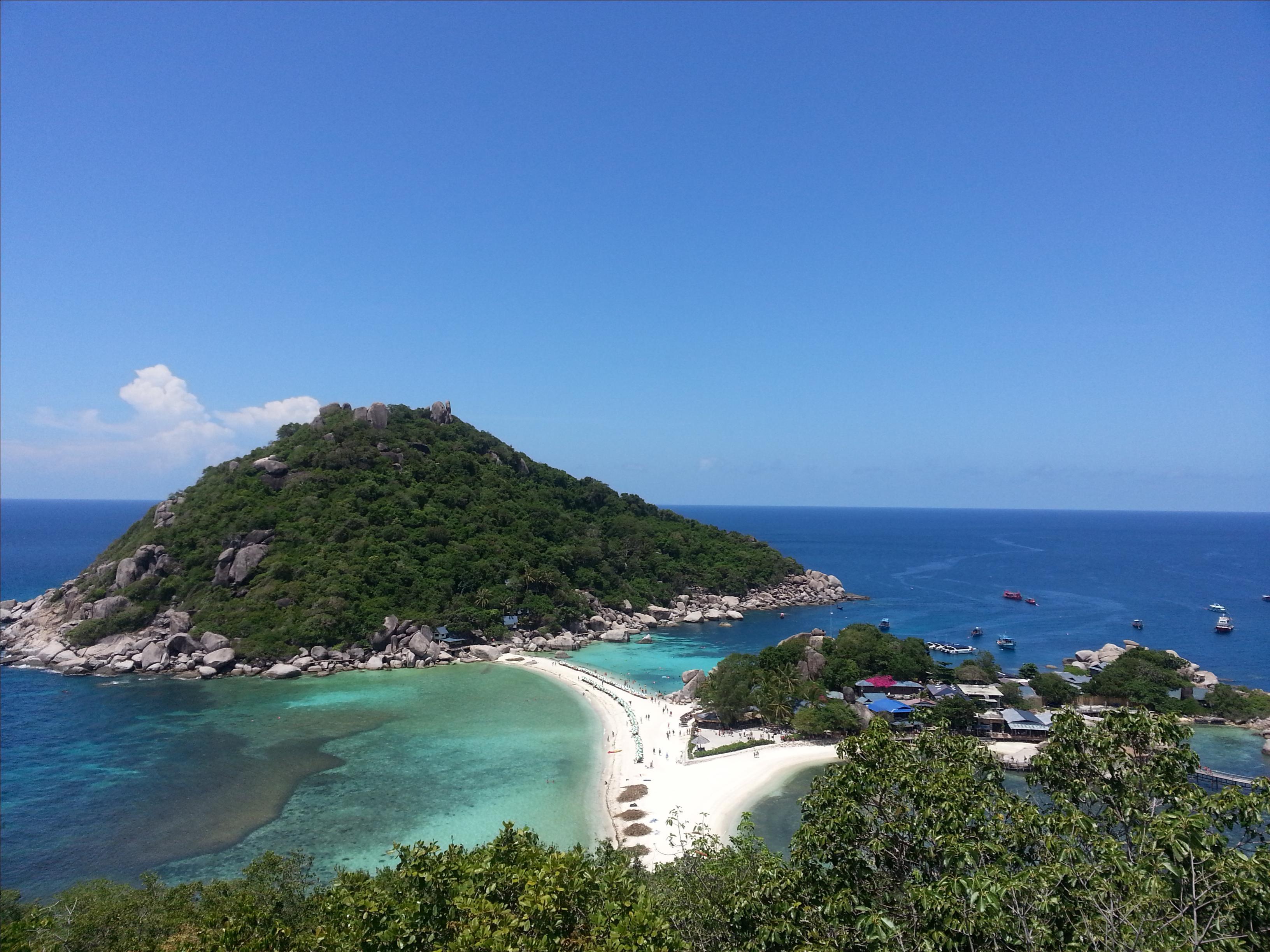 南园岛是私人小岛,上岛费每人100铢,岛上的人字形沙滩,赫赫有名.