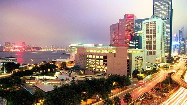 学院教学大楼位于香港岛湾仔,与湾仔艺术中心相邻.