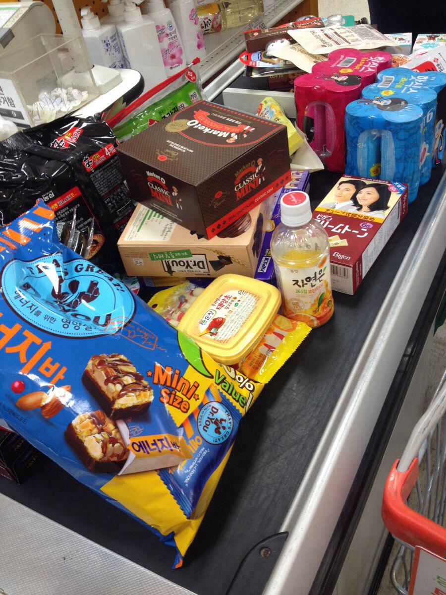 超市疯狂买零食.
